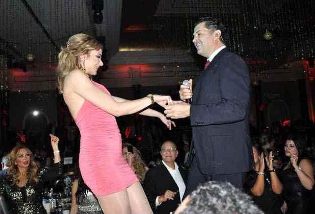راغب علامه يرقص مع إحدى معجباته